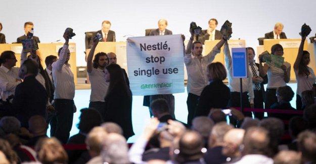 Detener el plástico desechables, los bombardeos de la organización Greenpeace, a la junta general de accionistas de Nestlé