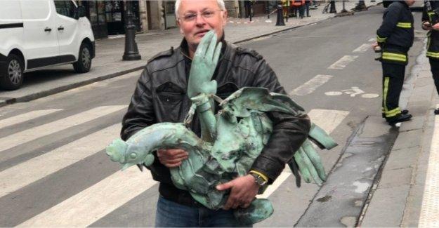 El fuego de la catedral de Notre-Dame: un restaurador guardar la polla de la aguja