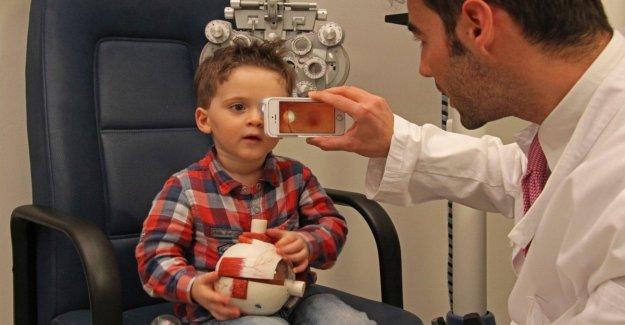 Examen de la vista con un smartphone o Rcg portátil, la era de la medicina de alta tecnología