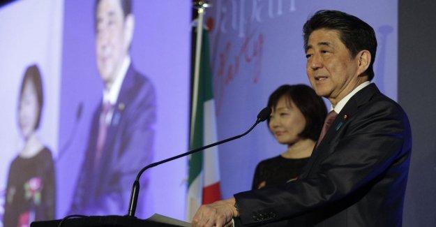 Japón, el primer ministro Abe en la Italia muestra el Recuento de