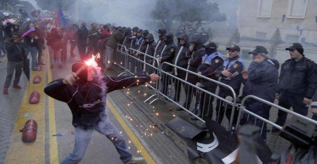 La oposición albanesa todavía en la plaza, los enfrentamientos y gas lacrimógeno a Tirana