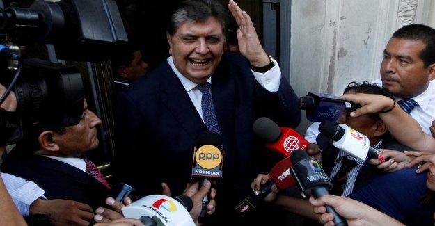 Perú ex-presidente García brotes, mientras que la policía cerró