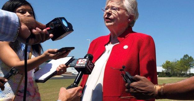 Alabama, el gobernador firmó la nueva ley restrictiva sobre el aborto