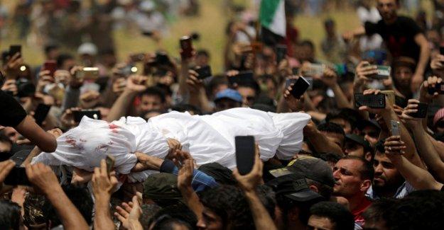 Miles de personas en el funeral de portero siria voz y símbolo de la revolución