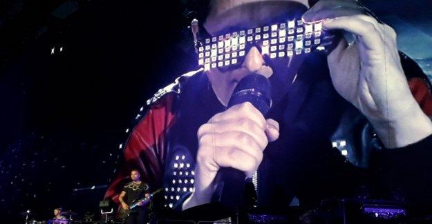 Muse, aquí está el nuevo tour de cine entre el Terminator y monstruos inflable