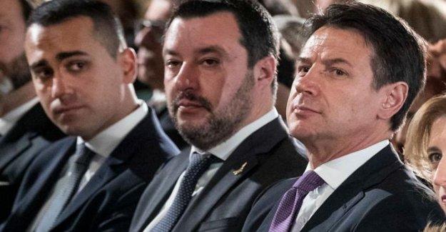 Crisis de gobierno, Salvini en un apuro: En el salón de clases antes de mediados de agosto. Ataque a Europa y a la Papa. El choque en el social con el De Maio