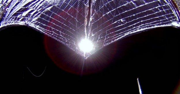 El ala de espacio para obras: el satélite está impulsado por el Sol