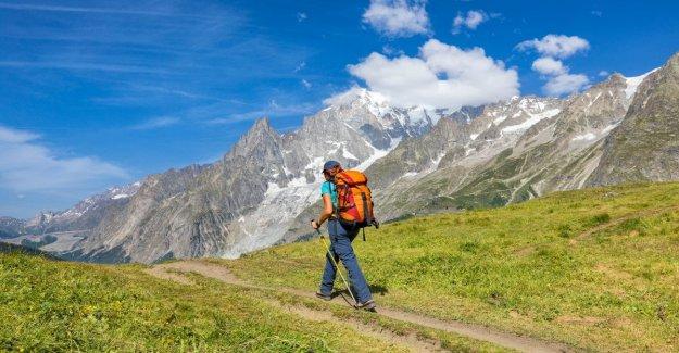 El dolor de Gilberto novello excursionista de viaje en las montañas va mal