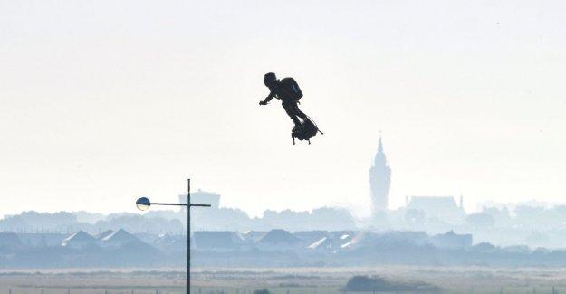 Francia: el hombre volador Franky Zapata ha cruzado el canal de la mancha con su Flyboard