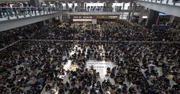 Hong Kong: reanudar los vuelos después de los bombardeos de ayer de los manifestantes