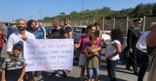 Salvini en Castel Volturno, chispas entre los partidarios y los manifestantes de la ministra
