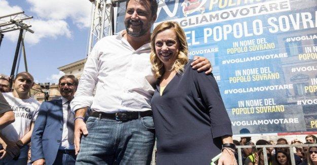Melones y Salvini en la plaza para protestar contra el gobierno, el amarillo y el rojo.