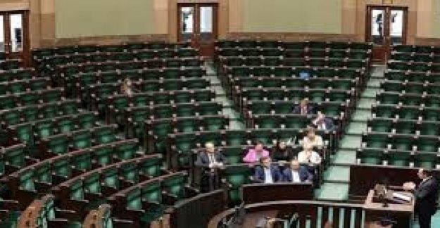 Polonia, el Parlamento suspendió. La protesta de la oposición
