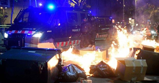 Cataluña de nuevo en la plaza: en 350 mil en las calles de la ciudad con barricadas y los incendios en la calle