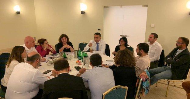 El M5S, Maio reúne en Nápoles, los ministros grillini, para discutir la maniobra. Y le pide que cambie el Título V de la Constitución