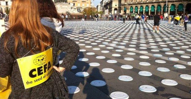 El hambre en el mundo, 10 mil vacío platos en el italiano plazas para un dibujo-un símbolo de Altan