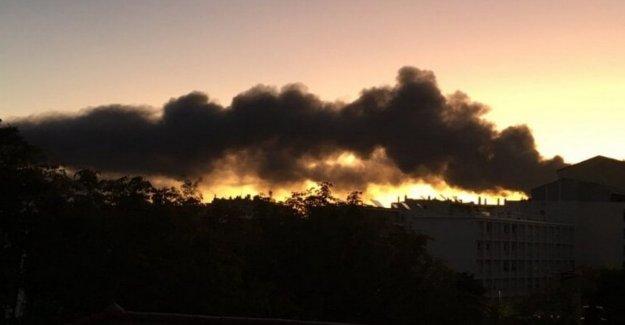 Francia. en llamas stabilment industrial: negro de humo en las afueras de Lyon