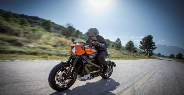Harley eléctrica a los clientes en la revuelta