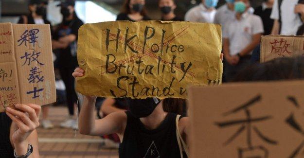 Hong Kong sit-in de cientos de estudiantes en frente de la escuela, de 18 años, golpeó en el pecho. Operado, estable,