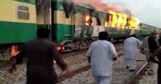 Pakistán: la apuesta en un tren de pasajeros, al menos 46 muertos