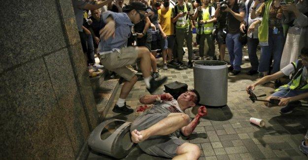 Hong Kong, después de haber sido apuñalado en un centro comercial de la multitud que late el agresor. Seis heridos, 3 detenciones