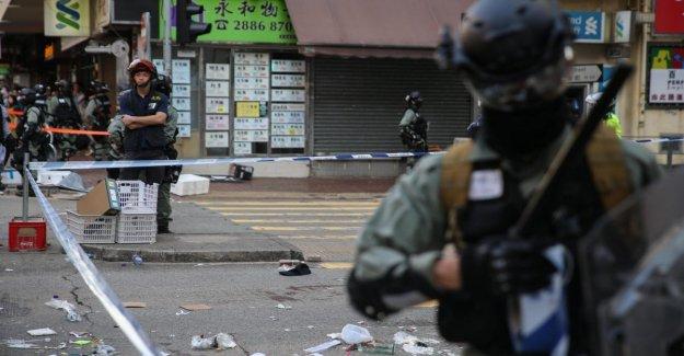 Hong Kong, un policía dispara y hiere a un manifestante