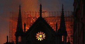 Con el chapitel de la catedral de Notre...