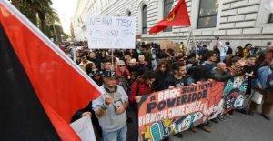 Salvini en Bari, la protesta en la plaza: cientos de manifestantes, muchos enmascarados como Zorro