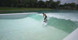 Ahora usted puede navegar también en Milán. Se abre la primera piscina de olas en Italia