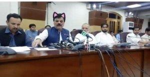 El ministro paquistaní con el gato de orejas. El riesgo con filtros, facial si usted está en directa Facebook
