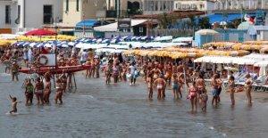 Alassio en la playa es restringido, el mar sfratta el paraguas