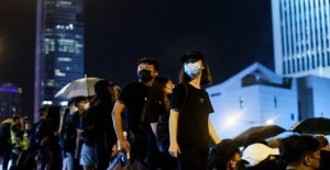 Hong Kong, la multitud reto de la temporada del monzón, y se cae en la calle pacíficamente