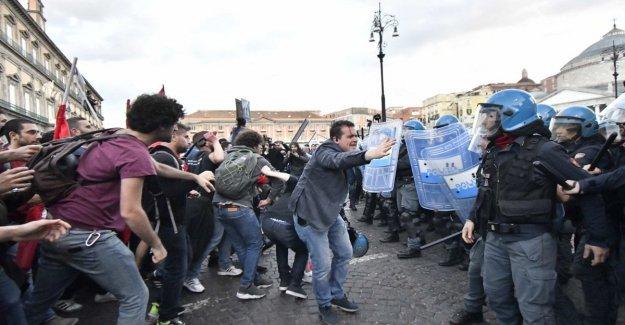 Salvini en Nápoles, los enfrentamientos entre la policía y los manifestantes: el lanzamiento de los obstáculos