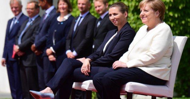 Merkel permanece sentado durante los himnos nacionales