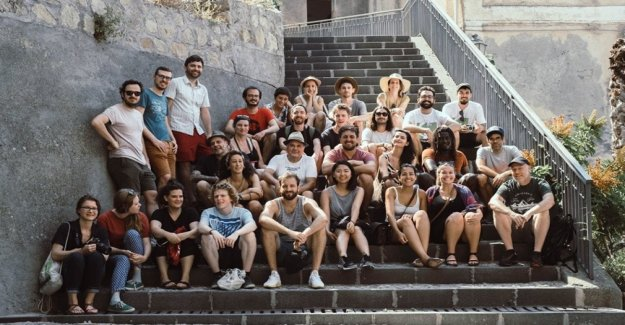 No sólo a los niños de América, aquí están los jóvenes que animan la película en Italia