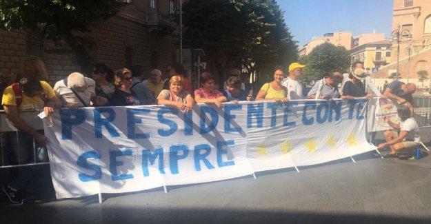 El premier Conde en su Foggia para firmar el contrato de desarrollo, es acogido por los seguidores: No te rindas