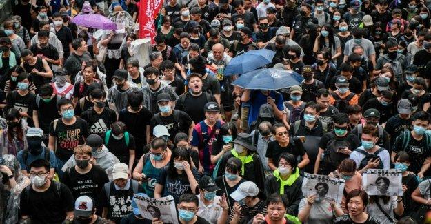 Hong Kong, por los miles de personas en la plaza, desafiando la prohibición de manifestar