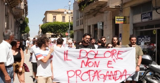 La victoria en la última etapa de la siciliana de Salvini. El flash mob: El dolor no es propaganda