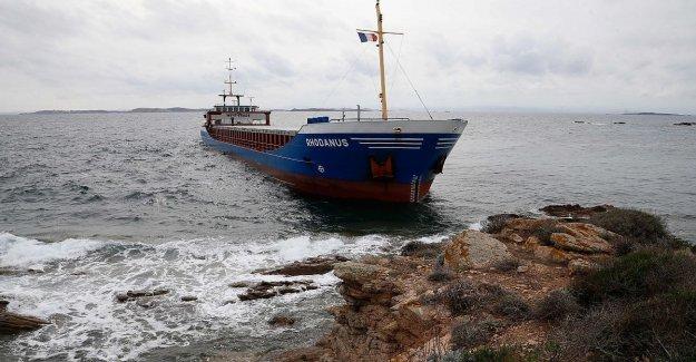 Buque de carga de la arena, en Córcega. Y' carga de acero, pero por ahora no hay daños