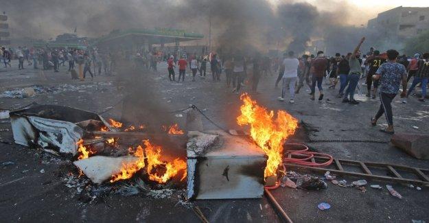 Irak policía fuego en las multitudes que protestaban contra la corrupción y el desempleo: 40 muertos