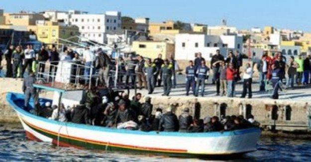 Los migrantes, que sobrevivió a los bombardeos en el centro de la libia de Tajoura, en julio, se guarda en la costa de Lampedusa