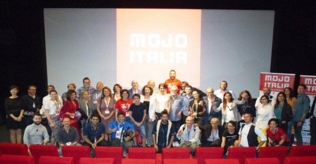 Medio ambiente, el reciclaje, el trabajo y la sociedad: el Mojo recompensas del festival el reportaje de los hechos con el smartphone