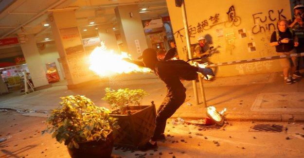 Policía de Hong Kong fuego: grave activista golpeó en el pecho. Violentos enfrentamientos en los setenta años de la República china