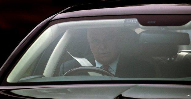 Gb, el príncipe Andrés no entiende y quiere ir en Bahrein. La reina lo detiene
