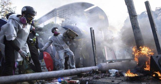 Hong Kong caos: las flechas y las catapultas contra la policía. Nuevos enfrentamientos en la universidad en la sitiada