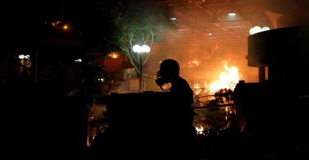Hong Kong: la policía llegan a la escuela Politécnica ocupado por los manifestantes. Las explosiones en el campus