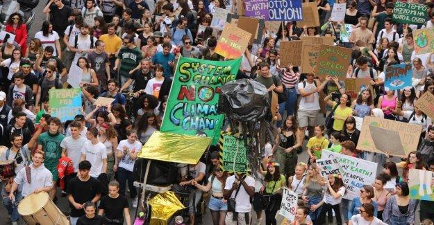 Huelga por el clima, las sardinas en la plaza con el Fridaysforfuture