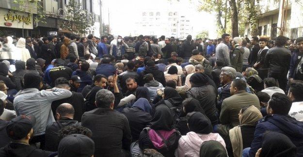 Irán aumenta la gasolina y estalla la revuelta: los enfrentamientos en la ciudad. Jamenei apoyo para el gobierno