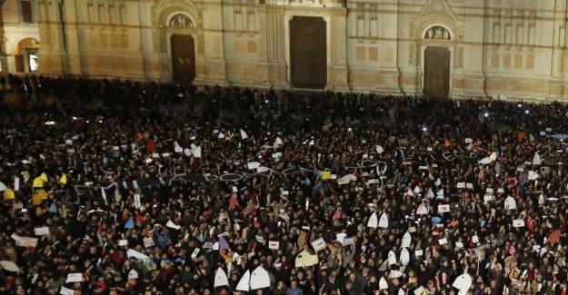 La queja de la Ep: el Diputado, Aleación compara el cuadrado de una estancia pacífica de Bolonia por el asesinato de Marco Biagi