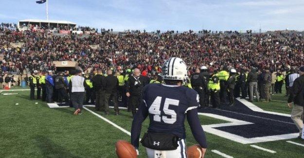 Los estados unidos, la invasión de la esfera ambiental interrumpe el juego de fútbol de Harvard-Yale